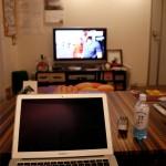 リビングでテレビを見ながら作業